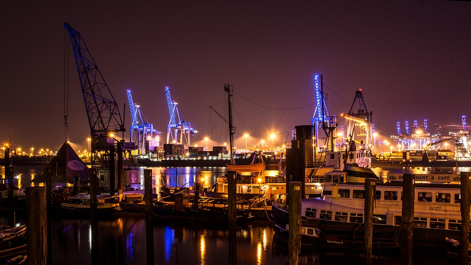 Hamburg haven in de nacht
